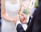 بالصور : عروس تحتفل بزفافها يوم وفاة والدتها !!
