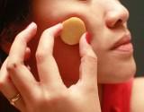 بالفيديو.. أسهل طريقة لإزالة البقع السوداء من الوجه