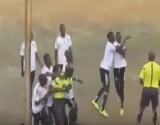 بالفيديو: ملعب كرة قدم يتحول لساحة ملاكمة بين لاعب وحكم المباراة
