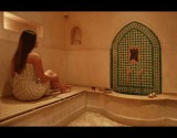 بالصور : بلقطات حميمية.. مصورة تبرز ما تجسده الحمامات التقليدية للنساء بالعالم العربي