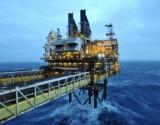 النفط يواصل التراجع متأثرا بخلافات التخفيض في أوبك