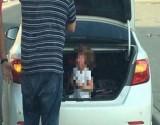 """الكويت.. أب يضع ابنته داخل صندوق السيارة بسبب """"شقاوتها"""""""