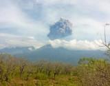 إجلاء مئات السياح في إندونيسيا بعد ثوران بركان