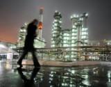 النفط يرتفع مستفيدا من انخفاض الدولار والتزام السعودية