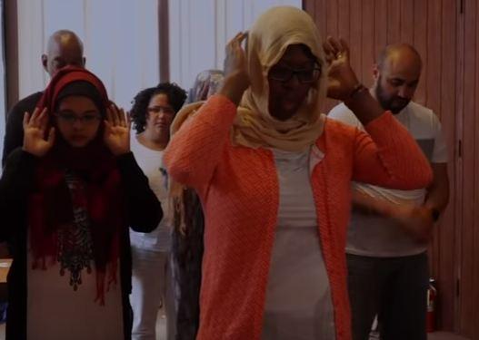 بالفيديو - أول مسجد مختلط يجمع بين الرجال والنساء!