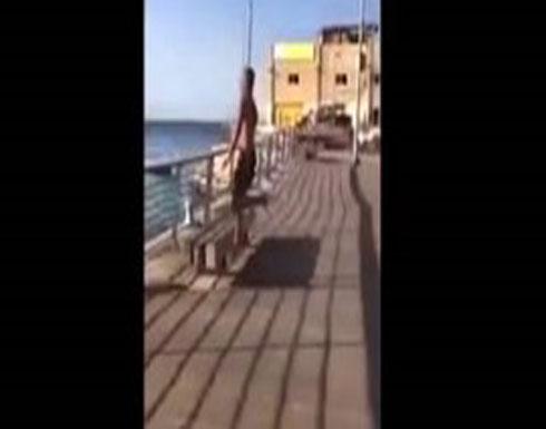 بالفيديو.. سقوط مؤلم لشاب أثناء استعراض مهاراته في القفز