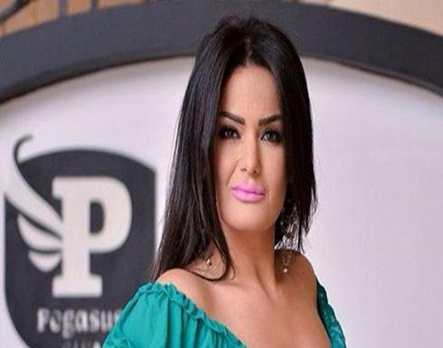 سما المصري بأجرأ وضعیة على السریر.. صورة