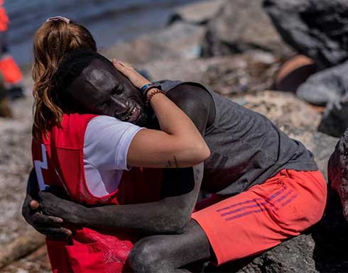 ناشطة بالصليب الأحمر الإسباني تتلقى تهديدات بعد عناقها مهاجرا سنغاليا .. بالفيديو