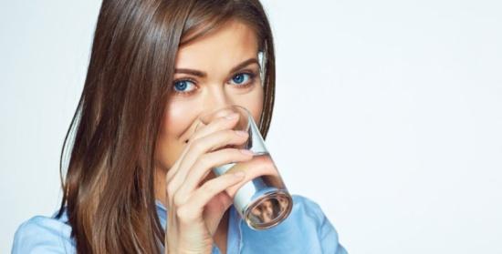 هل تخسرين وزنك بالفعل.. أم أنه نقص الماء في جسمك؟