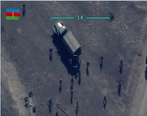 شاهد : الجيش الأذربيجاني يدمر شاحنة أثناء قيام جنود أرمن بتفريغها