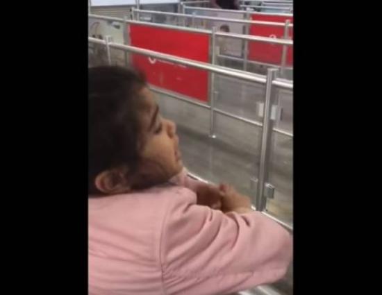 فيديو| طفلة في وداع مؤثر لوالدها بسبب ذهابه للعمل!