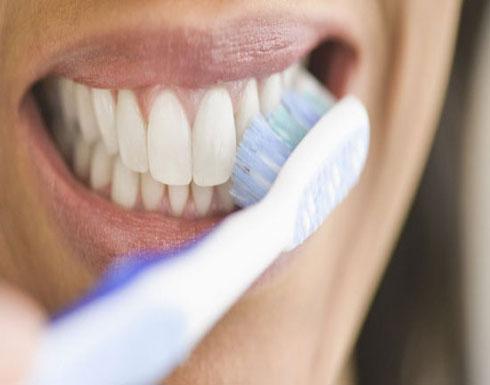 7 أخطاء ترتكبها بحق الأسنان يوميًا