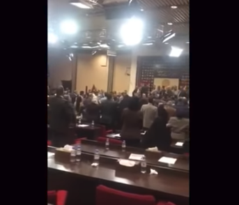شاهد .. فوضى داخل مجلس النواب العراقي