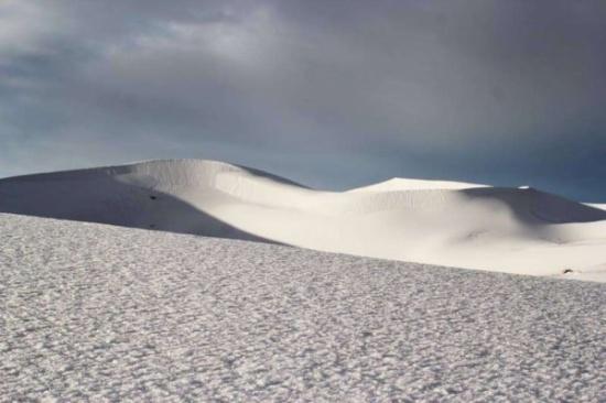 بالصور للمرّة الأولى منذ قرابة 40 عامًا.. الصحراء الكبرى ترتدي الثوب الأبيض في مشهد يحبس الأنفاس