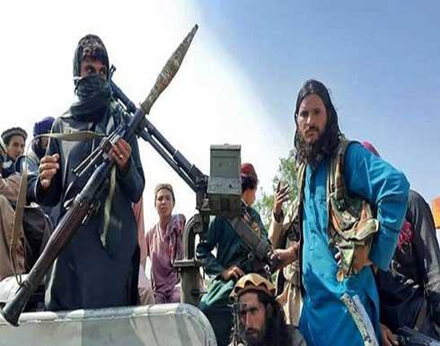 """مسلحو """"طالبان"""" يشاهدون مباراة كرة قدم من المدرجات ويسلمون الكأس (فيديو+ صور)"""