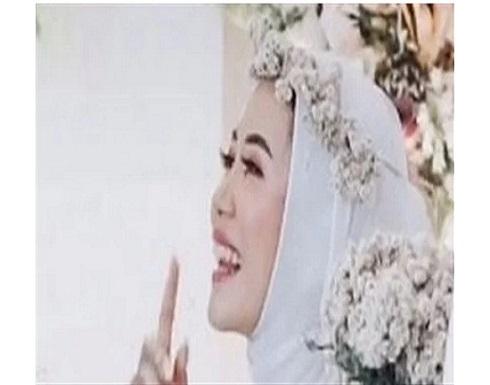 يبتسم ألما .. موقف محرج لعريس في حفل زفافه بعد معانقة العروس لطليقها .. صور
