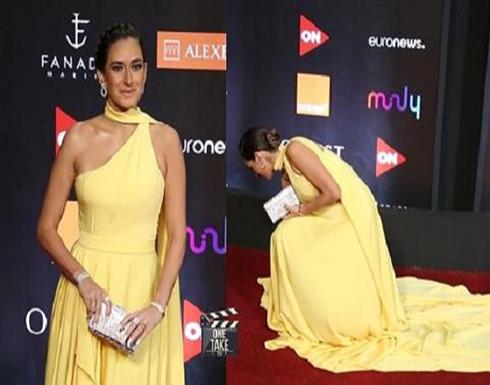 فستان امينة خليل يعرضها للحرج في الجونة - فيديو