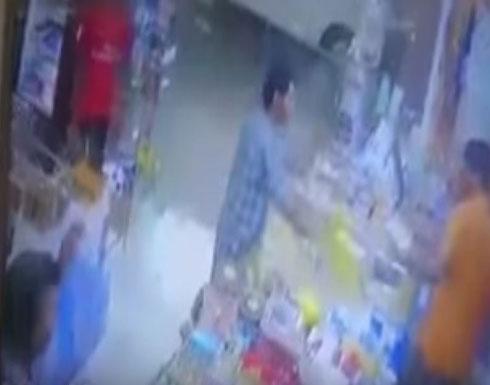 بالفيديو....لحظة اعتداء رجل على عامل في سوبر ماركت بالسعودية