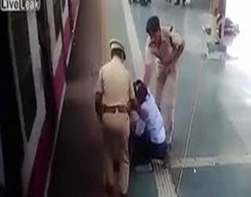 سرعة بديهة شرطي تنقذ رجلا من الموت تحت عجلات قطار (فيديو)