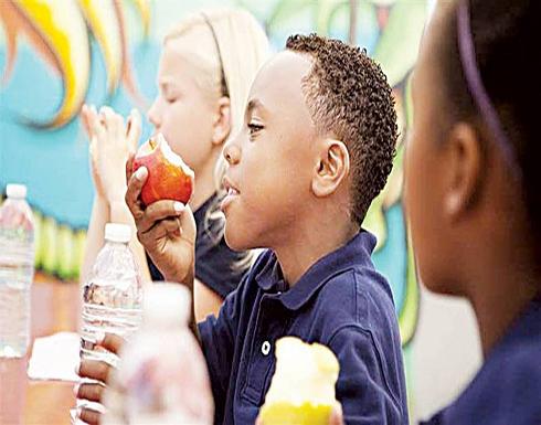 خبراء: الوجبات المدرسية غير الصحية.. ترتبط بالسمنة والسكر