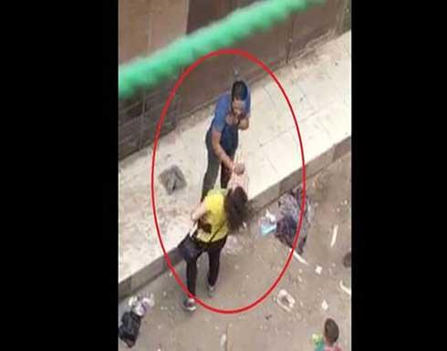 مصر.. شاب يتحرش بفتاة في الشارع أمام المارة والفتاة تلقنه درسا (فيديو)