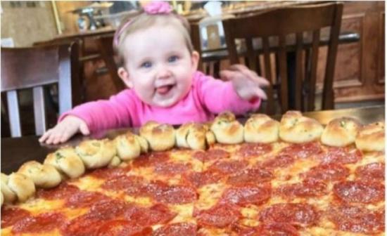صور| حب طفلة للطعام يكسبها الكثير من الأموال!