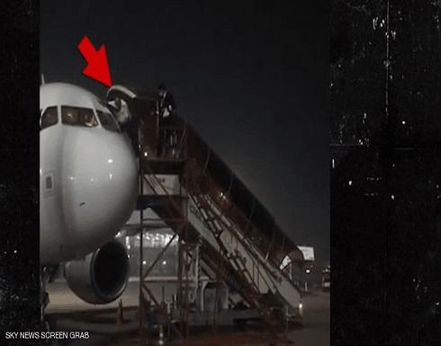 """بالفيديو : طياران يهربان من قمرة القيادة بعد """"شائعة"""" عن مصابين بكورونا في الهند"""