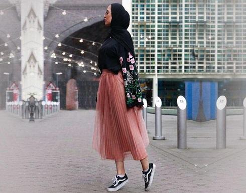 للمحجبات: تنورة وردية لإطلالة عصرية هذا الصيف