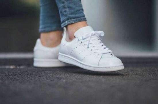 في الأجواء المُمطرة.. 9 طرق لتنظيف حذاءك الأبيض بسهولة من الطين