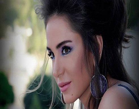 ممثلة سورية بإطلالة فاضحة: ملابس تشبه المايو.. ومتابع: شو انتِ كمان صرتِ تشلحي؟