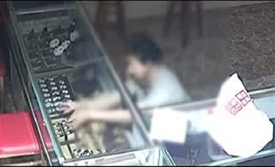 طريقة تسلل مجرم لمحل مجوهرات تشعل الإنترنت (فيديو)