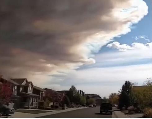 مشاهد جديدة لدخان كثيف يغطي سماء ولاية كولورادو الأمريكية .. شاهد
