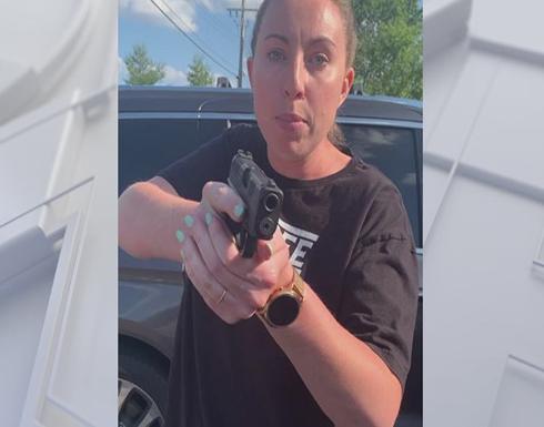 أمريكية بيضاء تهدد أخرى سوداء وابنتيها بالسلاح .. بالفيديو