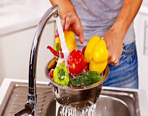 إليكم الطريقة السليمة لغسل الفاكهة والخضراوات! (فيديو)