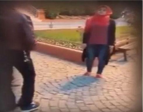 بالفيديو....فتاة تجبر شابين على تقبيل قدميها أمام المارة