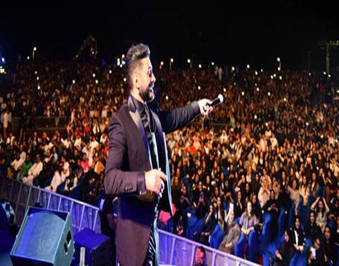 """بالفيديو : تامر حُسني يُحيي حفلًا في السُعودية ويصفه بـ""""الأسطوري"""".!"""