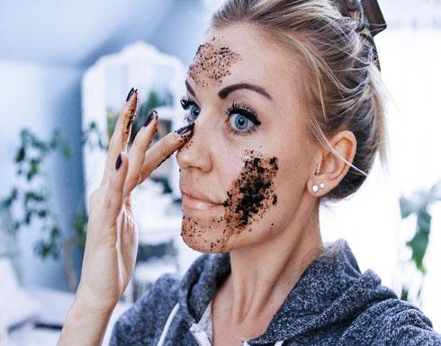 """استخدمي """"تفل القهوة"""" بهذه الطريقة.. ولاحظي كيف ستُصبح بشرتك"""