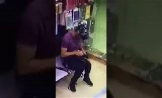 ماذا فعل لص بعد سرقة محفظة من وافد داخل سوبر ماركت بالسعودية (فيديو)