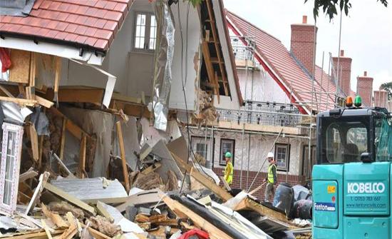 عاملُ بناء لم يحصل على أجره.. فدمّر منازل بـ 5 ملايين دولار! (فيديو)
