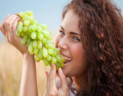 اكتشفي فوائد العنب لبشرة صحية ومشرقة