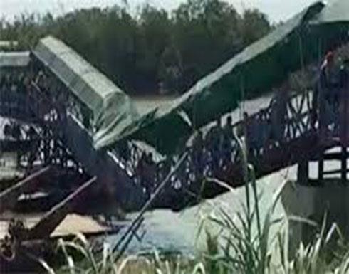 سياح يواصلون عبور جسر رغم انهياره في مشهد غريب (فيديو)
