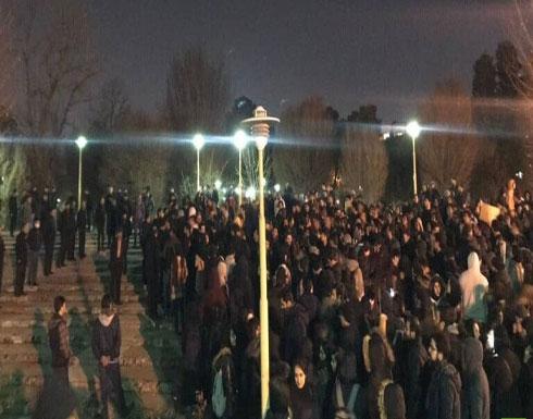 بالفيديو : شعارات ضد السلطات وشرطة طهران تفرق المظاهرات بالغاز المسيل للدموع