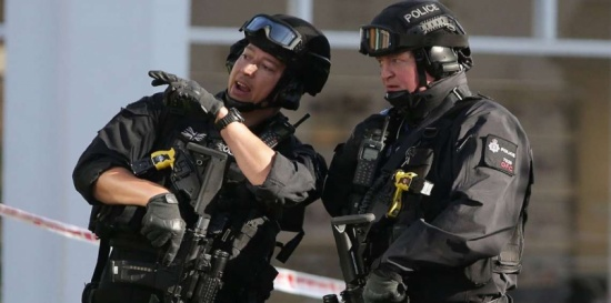بالصور.. مطلوب للشرطة البريطانية يفتن النساء بوسامته