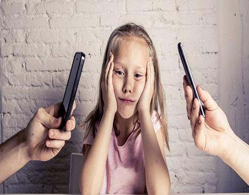 دراسة: آباء يستخدمون «الرشوة» لإبعاد أطفالهم عن الهواتف الذكية