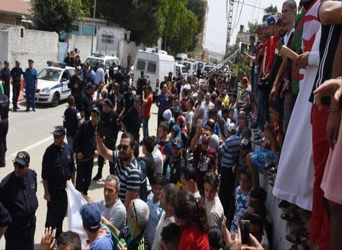 تمسكوا برحيل رموز النظام.. متظاهرو الجزائر يدعمون الحرب على الفساد