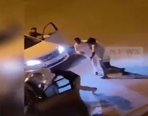 الكويت.. مشاجرة بالسواطير ودهس بالسيارات (فيديو)
