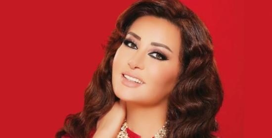 """في حفلها بمصر .. لطيفة تثيرُ غضب جمهورها بسبب """"الفستان والخادمة"""""""