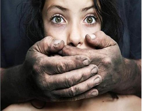 بلد عربي : اكتشف خيانة زوجته.. فانهال عليها طعنًا في الشارع