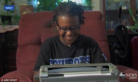 بالفيديو والصور.. رد فعل صبي أعمى يرى والدته للمرة الأولى