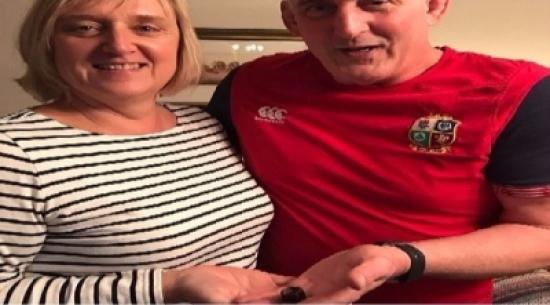 امرأة تحتفظ بقطعة شوكولاتة أهداها لها زوجها قبل 33 عاماً